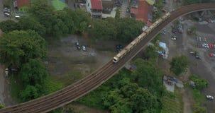 Spoorweg met een voorbijgaande trein in stad van Kuala Lumpur, Maleisië stock footage