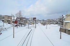 Spoorweg met sneeuw in Mimami - Otaru, station, Jap wordt behandeld die stock fotografie