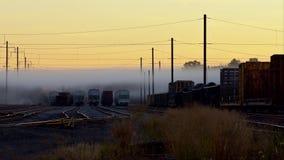Spoorweg in mist Sporen die zich uit in de mist uitrekken stock video
