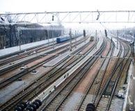 Spoorweg in mistig weer Stock Afbeeldingen