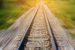 Spoorweg in motie met de achtergrond van zonstralen Vage Spoorweg vervoer stock fotografie