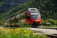 Spoorweg, OBB-trein, Obertraun-station, Oostenrijk stock afbeeldingen