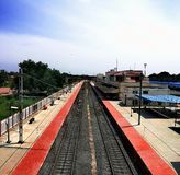 Spoorweg onder witte en blauwe hemel royalty-vrije stock afbeelding