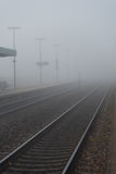 Spoorweg op een mistige dag Royalty-vrije Stock Afbeeldingen