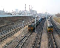 Spoorweg op industriezone stock foto's
