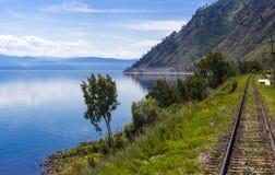 Spoorweg op kustmeer Baikal stock foto
