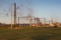 Spoorweg op voorzijde van de zwarte rook de Kaukasus van de de industrieinstallatie stock foto's