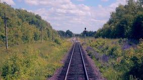 Spoorweg Spoorwegsporen van het bewegen van trein Reizende achtergrond stock video