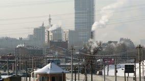 Spoorweg in stad dichtbij commercieel centrum stock videobeelden