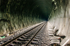 Spoorweg in tunnel door de bergen Stock Foto