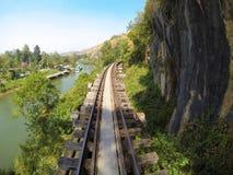 Spoorweg tussen berg en rivier Stock Foto's
