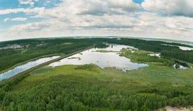 Spoorweg tussen bossen en meren stock foto