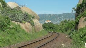 Spoorweg tussen rotsachtige heuvels stock videobeelden