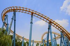 Spoorweg van achtbaan in blauwe hemel royalty-vrije stock foto's