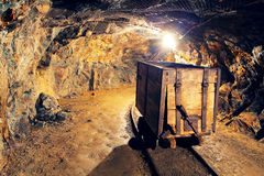 Spoorweg van de mijn de gouden ondergrondse tunnel Stock Foto