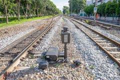 Spoorweg waar een trein een stadsgebied doorneemt Royalty-vrije Stock Foto