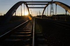 Spoorweg in Zonsondergang Royalty-vrije Stock Afbeeldingen