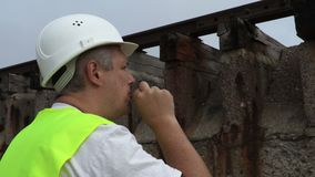 Spoorwegarbeider die dicht omhoog roken stock footage