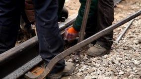 Spoorwegarbeiders die spoorspoor vastbouten stock videobeelden