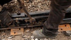 Spoorwegarbeiders die spoorspoor vastbouten stock video