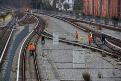 Spoorwegarbeiders die spoorwegen in München, 2015 maintaing Stock Foto's