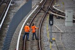 Spoorwegarbeiders die spoorwegen in München, 2015 maintaing Royalty-vrije Stock Fotografie