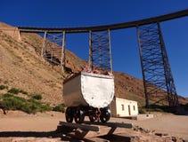 Spoorwegbrug in Argentinië met wagen van de mijn stock foto's