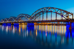 Spoorwegbrug bij schemering in Riga, Letland Royalty-vrije Stock Foto's