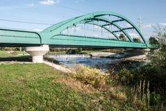 Spoorwegbrug boven Olse-rivier in Karvina-stad in Tsjechische republiek Royalty-vrije Stock Afbeeldingen
