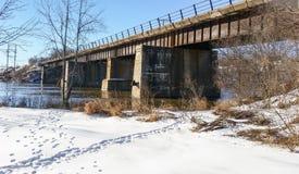 Spoorwegbrug die een rivier overspannen Royalty-vrije Stock Afbeelding