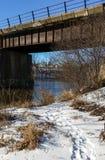 Spoorwegbrug die een rivier overspannen Royalty-vrije Stock Afbeeldingen