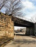 Spoorwegbrug die een stadsstraat overspannen Royalty-vrije Stock Foto's