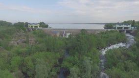 Spoorwegbrug en dam stock videobeelden