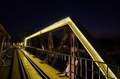Spoorwegbrug met gele T.L.-buis royalty-vrije stock fotografie