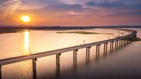 Spoorwegbrug over de Dam Lopburi Thailand en Beaut van Sak van de Rivierpa Stock Fotografie