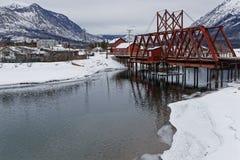 Spoorwegbrug over de rivier in Carcross royalty-vrije stock fotografie