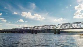 Spoorwegbrug over de rivier die treinen impliceert Timelapse stock video