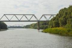 Spoorwegbrug over de rivier Ros in Chernihiv ukraine stock fotografie