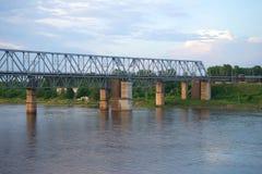 Spoorwegbrug over de Volkhov-rivier in de de zomerschemer De winter Stock Foto's