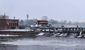 Spoorwegbrug over een rivierdam Royalty-vrije Stock Afbeeldingen