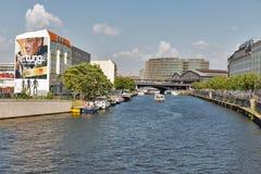 Spoorwegbrug over Fuifrivier in Berlijn, Duitsland royalty-vrije stock afbeeldingen