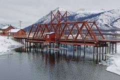 Spoorwegbrug over het rivier en berglandschap stock fotografie