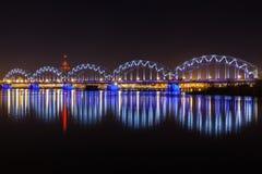 Spoorwegbrug in 's nachts Riga Stock Afbeelding