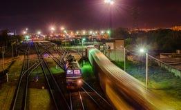Spoorwegen en treinen bij nacht stock foto
