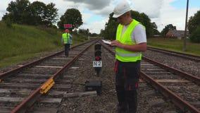 Spoorwegingenieur die tabletpc met behulp van stock video