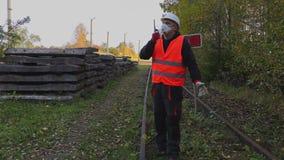 Spoorwegingenieur in het luchtmasker op walkie-talkie stock footage