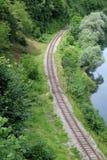 Spoorwegkromme dichtbij Ozalj, Kroatië Royalty-vrije Stock Afbeeldingen