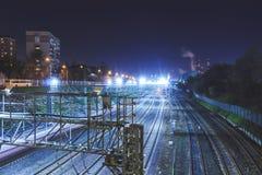 Spoorwegmetropool met een ontwikkelde infrastructuur en nachtverlichting royalty-vrije stock afbeelding
