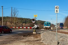 Spoorwegovergang in de Tsjechische Republiek Weg die over de sporen kruisen De inschrijving royalty-vrije stock fotografie