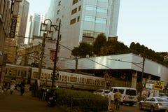 Spoorwegovergang met treintrein die door in Tokyo, Japan overgaan stock afbeeldingen
